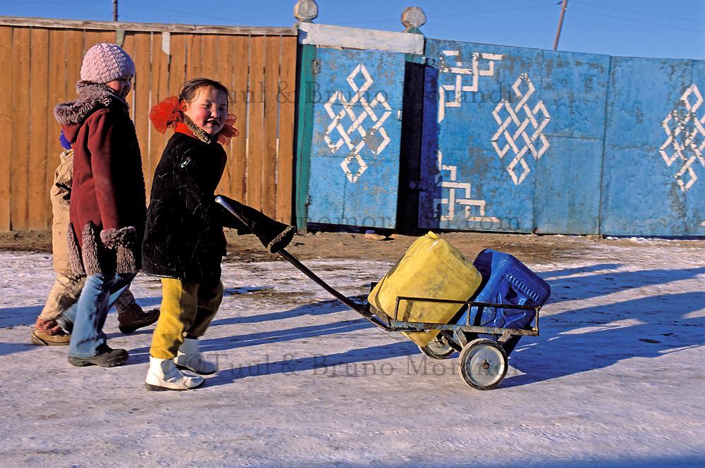 Mongolie, Ulaan Batar (Oulan Bator), Quartier des yourtes, corvée d'eau // Mongolia, Ulaan Batar suburb, Yourt area