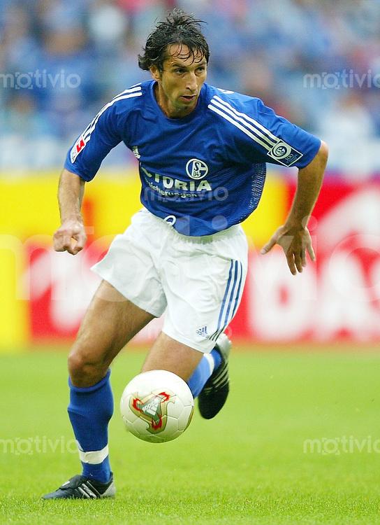FUSSBALL Bundesliga Saison 2003/2004 Eduard GLIEDER, Einzelaktion am Ball FC Schalke 04