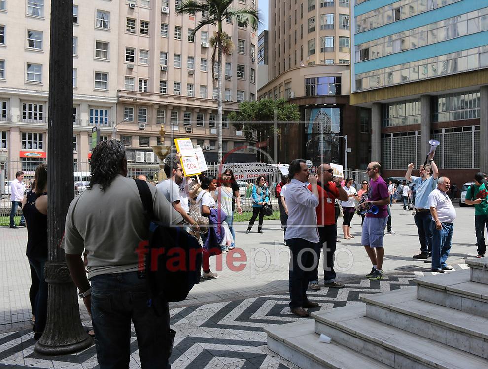 PORTO ALEGRE/RS - 31/10/2013 - Cerca de 200 pessoas protestam em frente a Prefeitura Municipal de Porto Alegre, na Praça Montevidéo, contra o atual governo e a contratação de cargos de confiança. Foto: FLAVIO FERREIRA/FRAME
