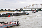 Nederland, Nijmegen, 28-7-2018Door de aanhoudende droogte hebben mens en natuur het moeilijk . Doordat regenval uitblijft worden de waterbuffers kleiner en moet het waterpeil van o.a. het IJsselmeer verhoogd worden om aan de vraag, behoefte te voldoen . Waterstand in de Waal is laag, maar kan nog bevaren worden . Schepen moeten minder lading innemen om niet te diep te komen .