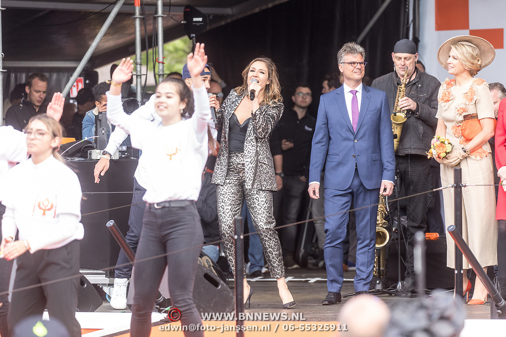 NLD/Amersfoort/20190427 - Koningsdag Amersfoort 2019, Koningin Maxima luistert naar Maria Fiselier