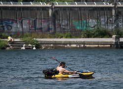 THEMENBILD - erste Hitzewelle des Jahres bahnt sich an, im Bild Kajakfahrer an der Neuen Donau, aufgenommen am 10.Juni 2019 in Wien, Oesterreich // Over the next few days, the thermometer is expected to move in the direction of 35 degrees Celsius and above. Wien, Austria on 2019/06/10. EXPA Pictures © 2019, PhotoCredit: EXPA/ Michael Gruber