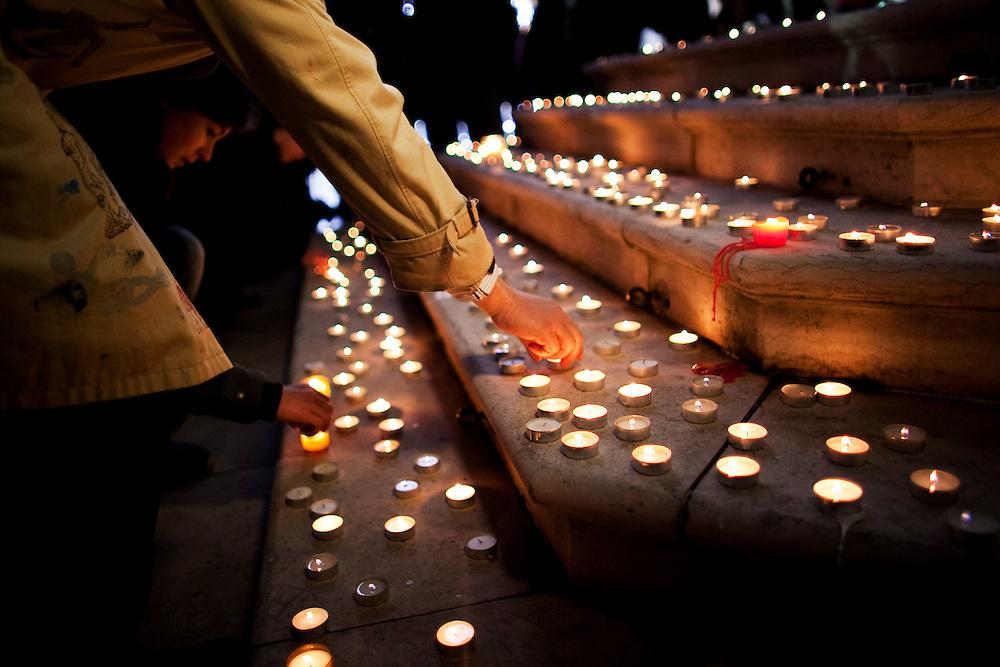 Paris, France. 29 Decembre 2010.A l'initiative de Reporters Sans Frontieres et du comite de soutien, une veillee pour Herve Ghesquiere et Stephane Taponier, otages en Afghanistan depuis un an, a lieu sur le parvis de l'Hotel de Ville de Paris....