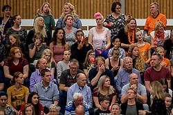 12-05-2017 NED: Nederland - Tsjechië, Amstelveen<br /> De Nederlandse volleybal mannen spelen hun eerste oefeninterland in de Emergohal in Amstelveen tegen Tsjechië. Deze wedstrijd staat in het teken van de verplaatsing van het Bankrasmomument. Nederland speelde daarom in speciale oude Nederlandse shirts uit 1992 / support publiek Martine