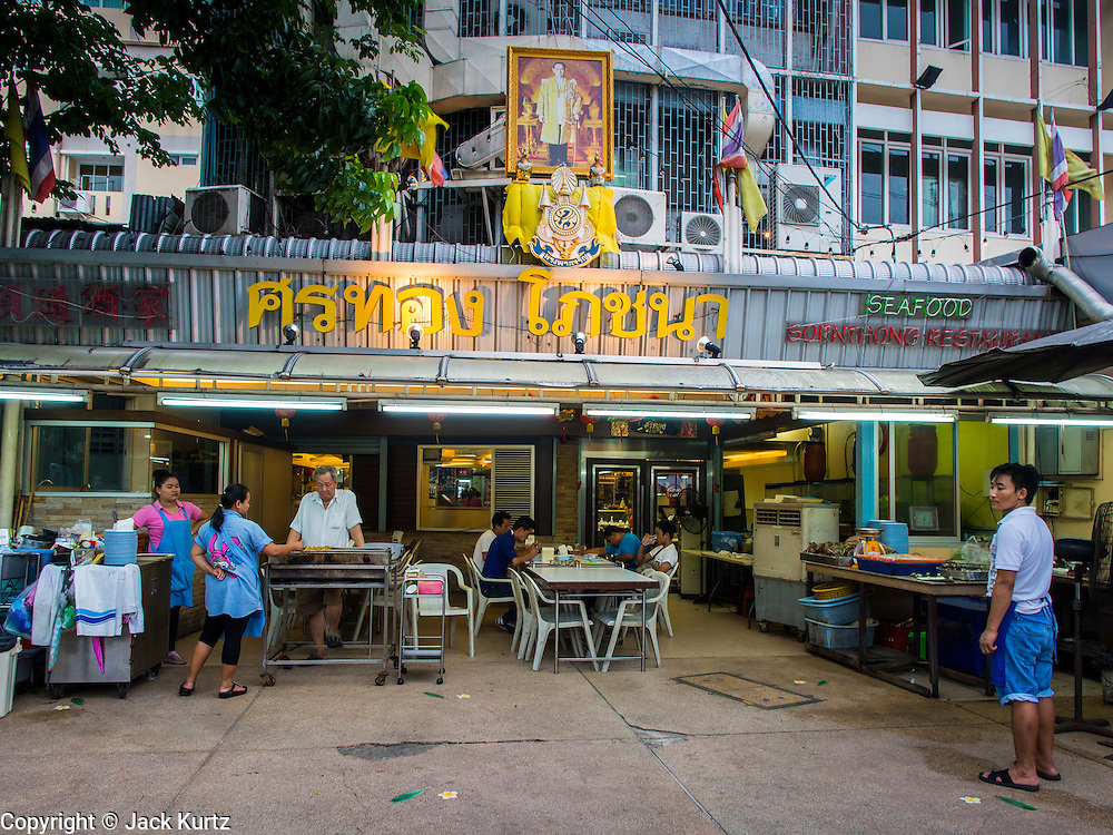 15 JULY 2014 - BANGKOK, THAILAND: Sornthong Seafood Restaurant on Rama IV in Bangkok. Sornthong Seafood is a Thai-Chinese style restaurant.    PHOTO BY JACK KURTZ