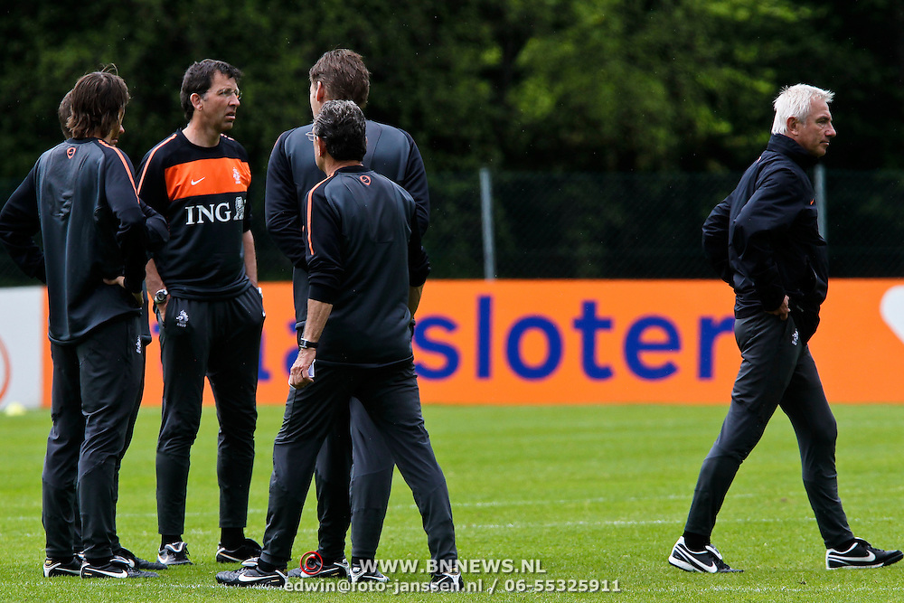 AUS/Seefeld/20100530 - Training NL Elftal WK 2010, bondscoach Bert van Marwijk in gesprek met technische staf