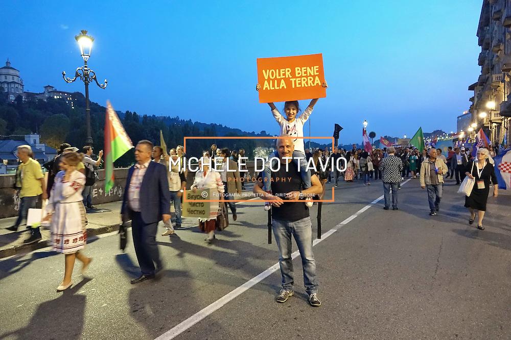 Terra Madre Parade 2016. Cinquemila persone arrivate da quasi tutti i Paesi del mondo hanno sfilato per le strade di Torino, in occasione della parata che ufficialmente inaugura Terra Madre. Torino 23 novembre 2016.