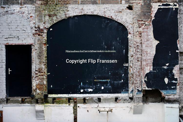 Nederland, Nijmegen, 23-11-2016Op de muur van het voormalig filmhuis Cinemarienburg staan twee spreuken die betrekking hebben op het medium film, cinematografie . Film heeft een doel: het zichtbaar maken van dromen, een legendarische quote van Federico Fellini . Het gebouw wordt gesloopt . Het Nijmeegs filmhuis is al jaren gevestigd in cultureel centrum, bioscoop en theater Lux .Foto: Flip Franssen