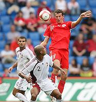 Fussball International Laenderspiel Schweiz - Venezuela Marco Streller (SUI,re) gegen Luis Vallenilla (VEN,mitte)