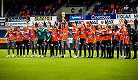 1. divisjon fotball 2018: Aalesund - Åsane (1-0). Neste generasjon Aalesundsspillere med pokalen etter å ha vunnet finalen i Norway cup, her markeres seieren i pausen av kampen i 1. divisjon i fotball mellom Aalesund og Åsane på Color Line Stadion.