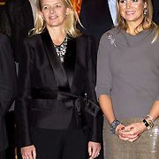 Uitreiking van de Prins Claus Prijs 2014 n het Koninklijk Paleis in Amsterdam.<br /> <br /> Presentation of the Prince Claus Award in 2014 n the Royal Palace in Amsterdam.<br /> <br /> op de foto / On the photo: Prinses Mabel en Koningin Maxima / Princess Mabel and Queen Maxima
