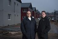"""""""Es geht darum, dass wir KEINE GETTOS wollen"""", sagen die<br /> Neugrabener Norbert Höbelt (links) und Volker Jahnke. 1500 Flüchtlinge<br /> würden sie hier am Stadtrand integrieren – aber nicht 5000."""
