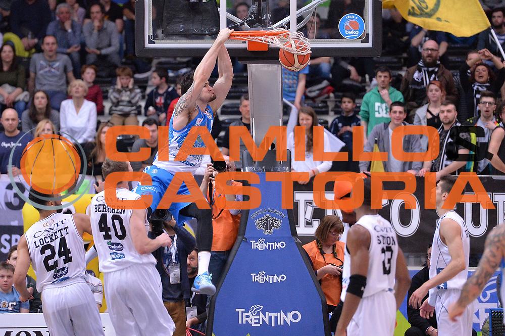 DESCRIZIONE : Trento Lega A 2015-16 Dolomiti Energia Trentino - Banco di Sardegna Sassari<br /> GIOCATORE : Joe Alexander<br /> CATEGORIA : Schiacciata Sequenza<br /> SQUADRA : Dolomiti Energia Trentino <br /> EVENTO : Campionato Lega A 2015-2016 <br /> GARA : Dolomiti Energia Trentino - Banco di Sardegna Sassari<br /> DATA : 26/3/2016 <br /> SPORT : Pallacanestro <br /> AUTORE : Agenzia Ciamillo-Castoria/M.Gregolin<br /> Galleria : Lega Basket A 2015-2016 <br /> Fotonotizia : Trento Lega A 2015-16 Dolomiti Energia Trentino - Banco di Sardegna Sassari