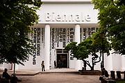 Venezia - 16. Mostra di Architettura. Padiglioni ai Giardini. Il Palazzo delle Esposizioni visto dai Giardini.