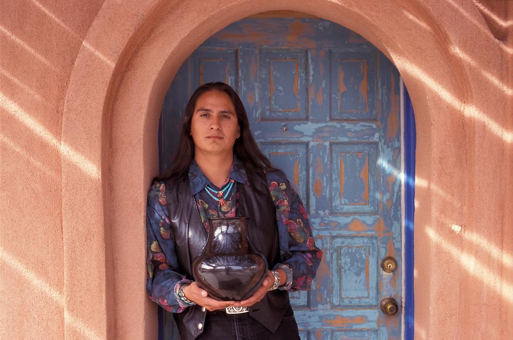 Artist Ray Martinez, Babbitt's Cottonwood Trading Post, San Ildefonso Pueblo, Native Americans, New Mexico, USA