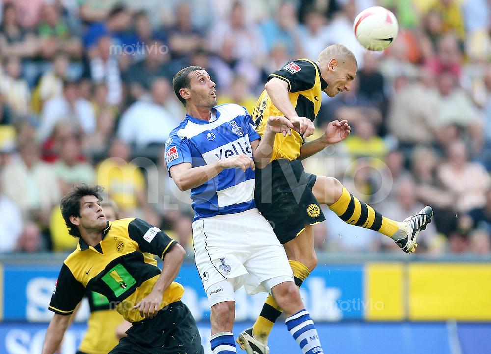 FUSSBALL  1. BUNDESLIGA  SAISON 2007/2008  1. SPIELTAG Borussia Dortmund - MSV Duisburg              Die Dortmunder Nelson VALDEZ (li) und Mladen PETRIC (re, beide Dortmund) gegen Mihai TARARACHE (Mitte, Duisburg)