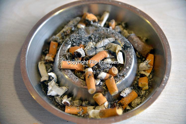Nederland, Nijmegen, 17-3-2016 Asbak waar peuken van sigaretten in liggen. Ashtray where cigarette stubs lie in. Foto: Flip Franssen