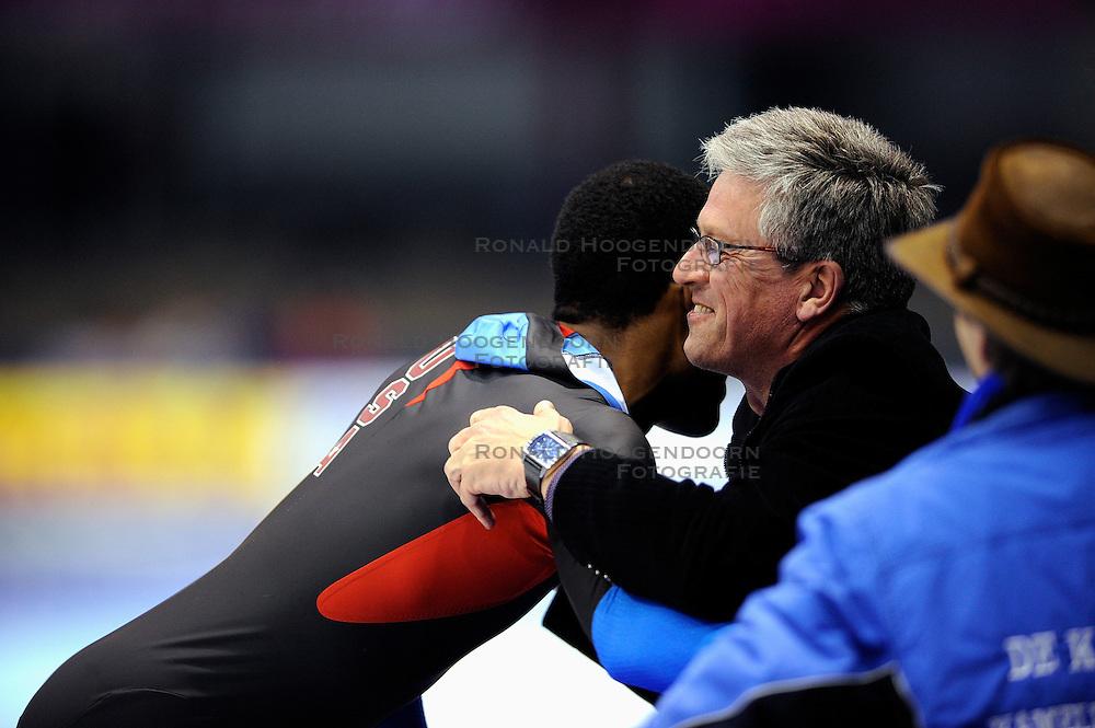 13-11-2009 SCHAATSEN: ESSENT ISU WORLDCUP: HEERENVEEN <br /> Shani Davis wint de 1500 meter en coach Zietse Klinkhamer<br /> &copy;2009-WWW.FOTOHOOGENDOORN.NL