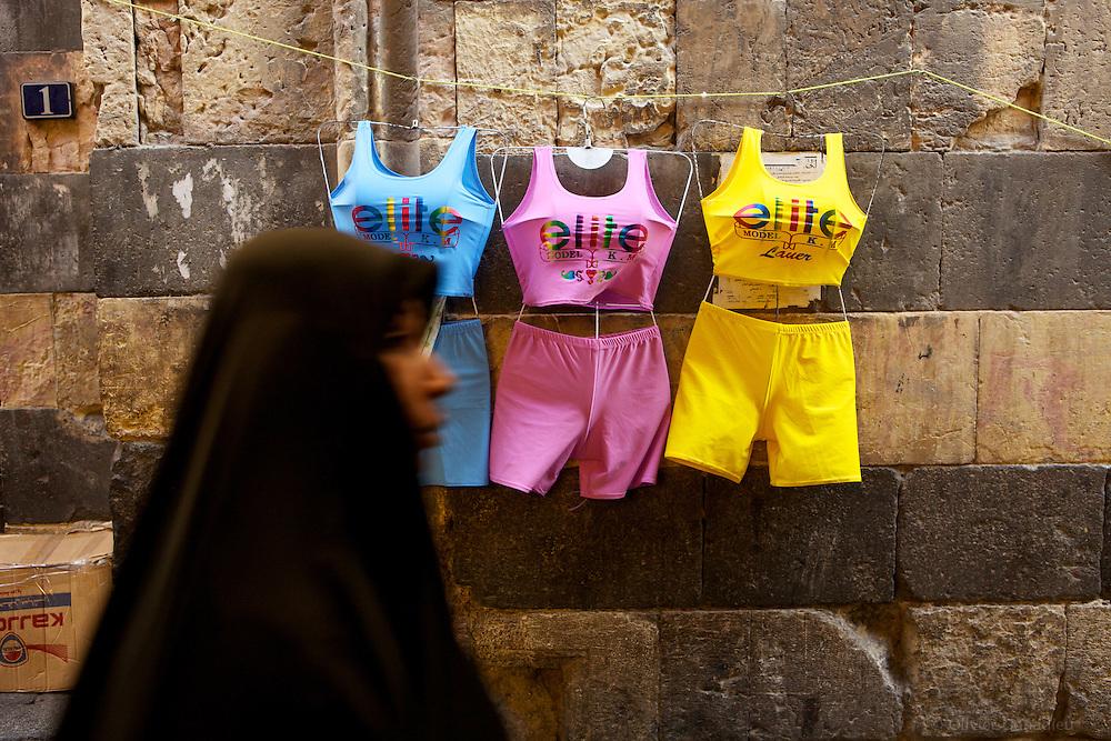 &laquo;&nbsp;Elite Model&nbsp;&raquo;, Damas, Syrie 2010.<br /> <br /> Dans les ruelles de la capitale Syrienne, certains commer&ccedil;ants proposent ce genre de &laquo;&nbsp;petites tenues&nbsp;&raquo; que les femmes portent sous leur voiles int&eacute;grales.