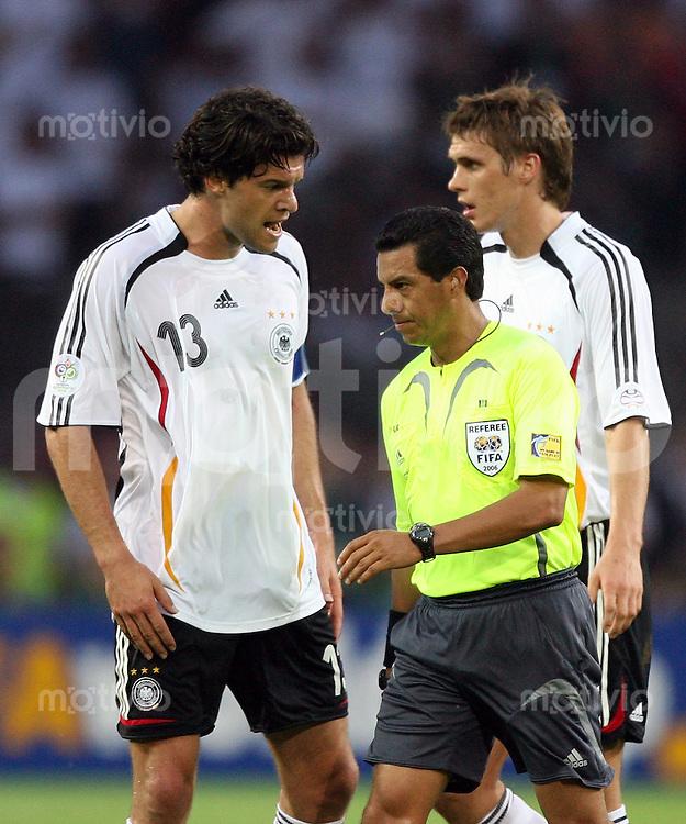 Fussball WM 2006  Halbfinale   Deutschland - Italien Michael BALLACK (li, GER) diskutiert mit Schiedsrichter Benito ARCHUNDIA (MEX), hinten Sebastian KEHL (GER)