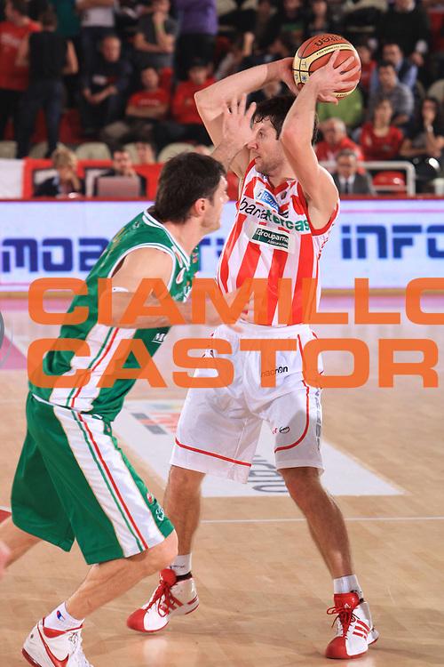 DESCRIZIONE : Teramo Lega A 2010-11 Banca Tercas Teramo Montepaschi Siena<br /> GIOCATORE : Drake Diener<br /> SQUADRA : Banca Tercas Teramo<br /> EVENTO : Campionato Lega A 2010-2011<br /> GARA : Banca Tercas Teramo Montepaschi Siena<br /> DATA : 28/11/2010<br /> CATEGORIA : palleggio<br /> SPORT : Pallacanestro<br /> AUTORE : Agenzia Ciamillo-Castoria/M.Carrelli<br /> Galleria : Lega Basket A 2010-2011<br /> Fotonotizia : Teramo Lega A 2010-11 Banca Tercas Teramo Montepaschi Siena<br /> Predefinita: