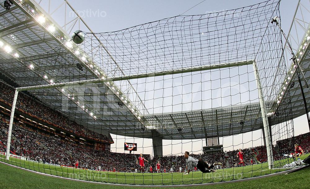 Fussball INTERNATIONAL EURO 2004 Tschechien - Daenemark im Stadion Dragao in Porto Tor zum 2-0. (Torschoetze Milan Baros rechts verdeckt)