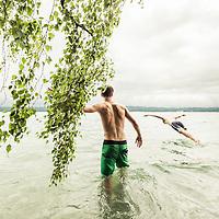 zwei junge Männer steigen neben Birke in den Starnberger See, Berg, Oberbayern, Deutschland * two young men going into Lake Starnberg near birch, Berg, Upper Bavaria, Lake Starnberg