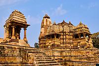 Inde, état du Madhya Pradesh, Khajuraho, site classé au Patrimoine Mondial de l'UNESCO, temple de Devi Jagadanba à droite, édifié au XIe siècle // India, Madhya Pradesh state, Khajuraho, Unesco World Heritage, the Khajuraho Group of Monuments is a group of Hindu temples and Jain temples, Devi Jagadanba temple on the right, built in the 11th century