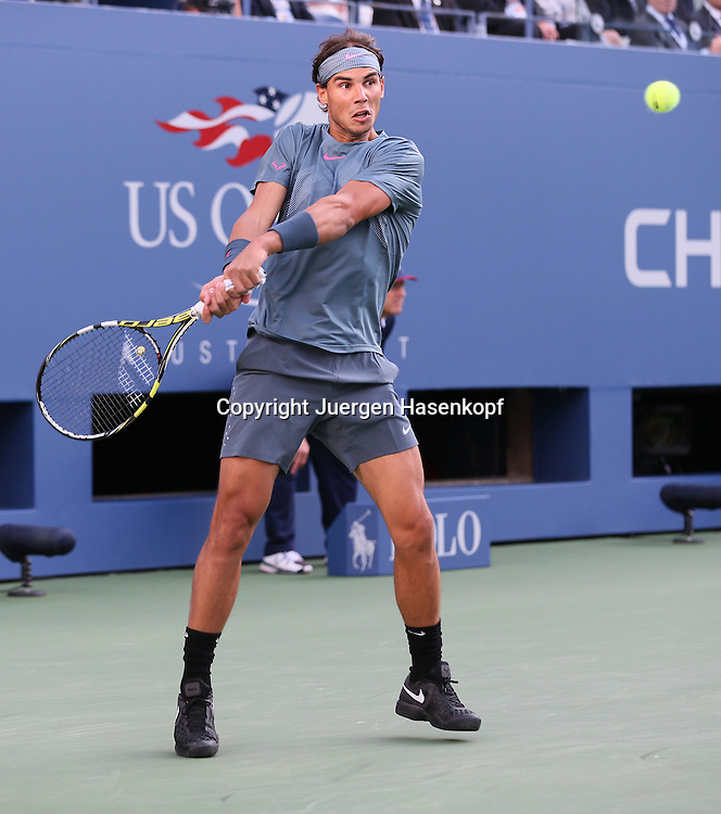 US Open 2013, USTA Billie Jean King National Tennis Center, Flushing Meadows, New York,<br /> ITF Grand Slam Tennis Tournament,Herren Endspiel,Finale,<br /> Rafael Nadal (ESP),Aktion,Einzelbild,<br /> Ganzkoerper,Hochformat