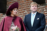 Koningspaar brengt streekbezoek aan regio Eemland in de provincie Utrecht. Tijdens het bezoek staat het stroomgebied van de rivier de Eem centraal.<br /> <br /> The Royal couple brings regional visits to the region of Eemland in the province of Utrecht. During the visit, the river Eem is central<br /> <br /> Op de foto/On the photo:  Aankomst van Koning Willem Alexander en Koningin Maxima bij De Koppelpoort in Amersfoort<br /> <br /> Arrival of King Willem Alexander and Queen Maxima at De Koppelpoort in Amersfoort