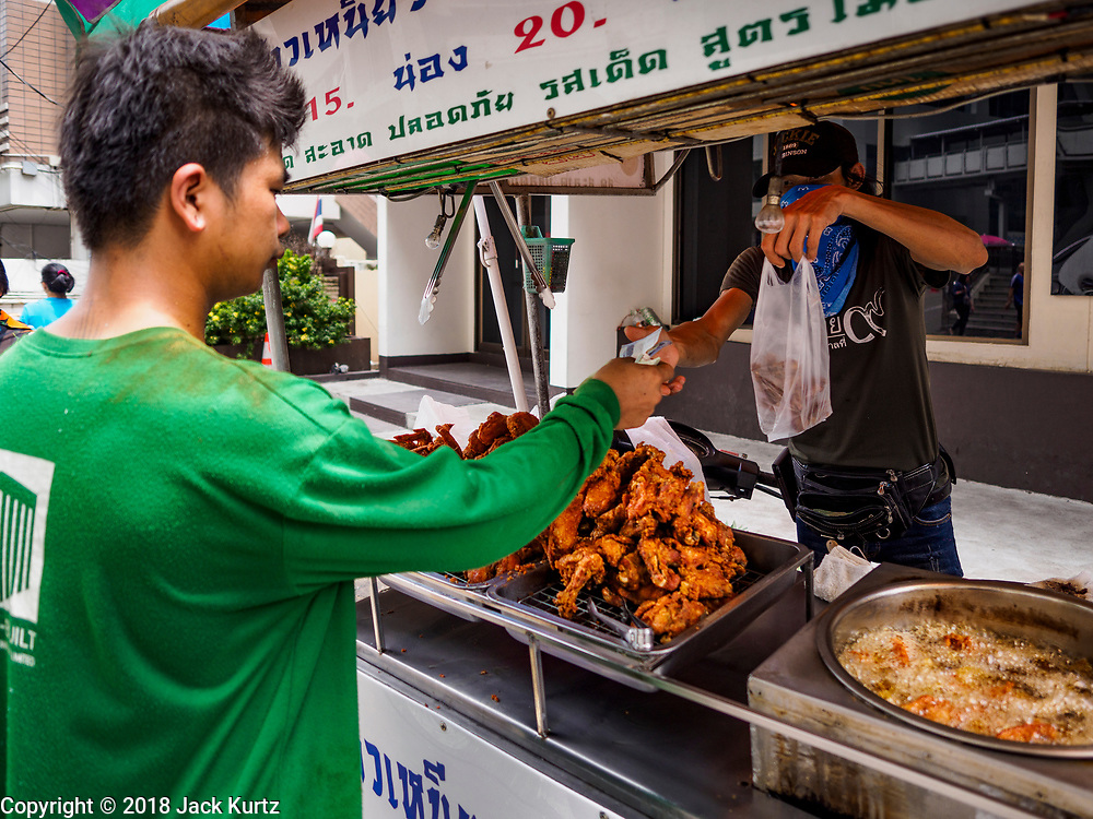 20 SEPTEMBER 2018 - BANGKOK, THAILAND:  Selling fried chicken. Street food venders of Sukhumvit Soi 16 in Bangkok.    PHOTO BY JACK KURTZ