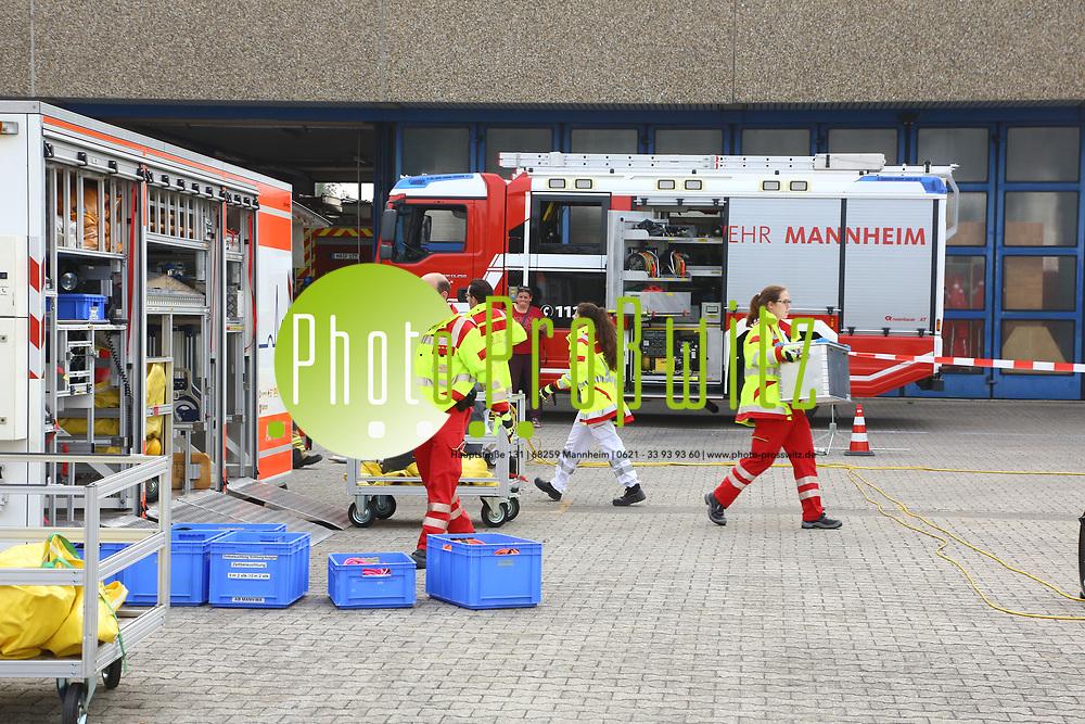 Mannheim. 26.08.17 | &Uuml;bung am AB MANV.<br /> K&auml;fertal. Feuerwache Nord. &Uuml;bung von Feuerwehr und ASB am Abrollbeh&auml;lter Massenanfall von Verletzten (AB-MANV).<br /> Die durch die Firma GIMAEX-Schmitz in Luckenwalde ausgebauten AB-MANV verf&uuml;gen &uuml;ber eine umfangreiche technische und medizinische Beladung, die den Aufbau und den Betrieb eines Behandlungsplatzes f&uuml;r insgesamt bis zu f&uuml;nfzig Patienten erm&ouml;glicht.<br /> Als &Uuml;bungsszenario wird eine explosion in einem Kaufhaus dargestellt.<br /> <br /> <br /> <br /> BILD- ID 2329 |<br /> Bild: Markus Prosswitz 26AUG17 / masterpress (Bild ist honorarpflichtig - No Model Release!)