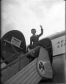 1956 - Actress Moira Lister leaving Dublin Airport for London