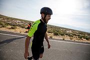 Ken Buckley tijdens de zesde en laatste racedag. In Battle Mountain (Nevada) wordt ieder jaar de World Human Powered Speed Challenge gehouden. Tijdens deze wedstrijd wordt geprobeerd zo hard mogelijk te fietsen op pure menskracht. De deelnemers bestaan zowel uit teams van universiteiten als uit hobbyisten. Met de gestroomlijnde fietsen willen ze laten zien wat mogelijk is met menskracht.<br /> <br /> In Battle Mountain (Nevada) each year the World Human Powered Speed ??Challenge is held. During this race they try to ride on pure manpower as hard as possible.The participants consist of both teams from universities and from hobbyists. With the sleek bikes they want to show what is possible with human power.