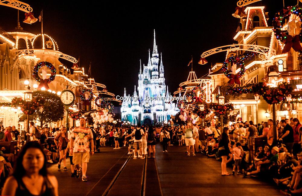 20151116 Orlando Florida USA <br /> Magic Kingdom Disneyworld<br /> Main Street Usa Askungens slott <br /> is &ouml;verdrag &ouml;ver slottet<br /> <br /> <br /> FOTO : JOACHIM NYWALL KOD 0708840825_1<br /> COPYRIGHT JOACHIM NYWALL<br /> <br /> ***BETALBILD***<br /> Redovisas till <br /> NYWALL MEDIA AB<br /> Strandgatan 30<br /> 461 31 Trollh&auml;ttan<br /> Prislista enl BLF , om inget annat avtalas.