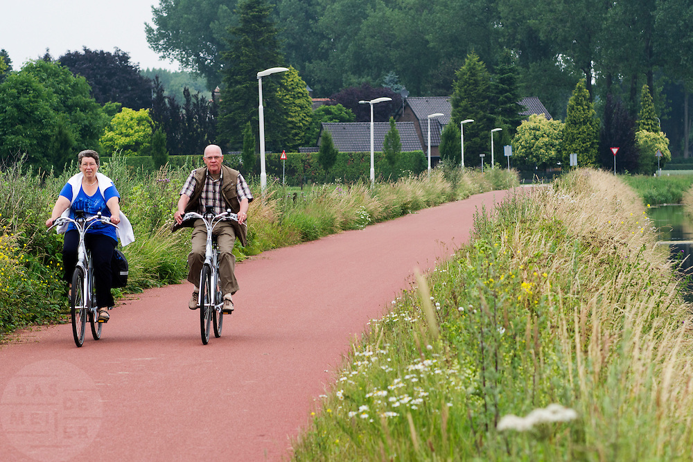 Bij Nijmegen rijden oudere fietsers op een elektrische fiets over het Rijn-Waalpad, de snelfietsroute tussen Arnhem en Nijmegen. Als de route helemaal klaar is, kunnen fietsers binnen 40 minuten van Arnhem naar Nijmegen fietsen. De snelfietsroute kent weinig obstakels en moet het aantrekkelijk maken om ook langere afstanden met de fiets af te leggen.<br />