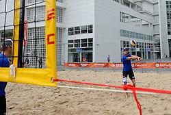 20150618 NED: WK Beach volleybal training op het Spui, Den Haag<br /> De Nederlandse beachers hebben vandaag hun tweede training gehad op de WK trainingsvelden. Op het Spuiplein werden de velden druk bezocht / Alexander Brouwer en Robert Meeuwsen