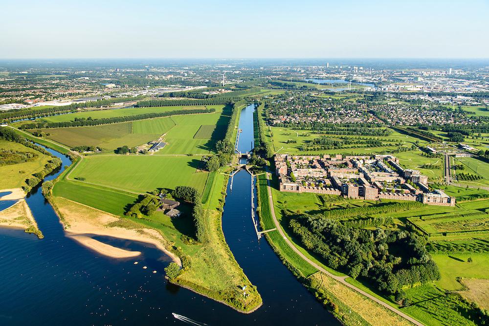 Nederland, Noord-Brabant, Den Bosch, 23-08-2016; Plan Haverleij, nieuwbouwwijk gelegen aan de Maas ten noordwesten van Den Bosch. De wijk bestaat uit een negental kastelen, elk in een andere stijl. Aan het Diezekanaal het grootste complex, Slot Haverleij. Het stedenbouwkundig ontwerp van het landgoed is van Sjoerd Soeters en Paul van Beek.<br /> Plan Haverleij, housing project, consists of nine castles, each in a different style, including Haverleij Castle.<br /> luchtfoto (toeslag op standard tarieven);<br /> aerial photo (additional fee required);<br /> copyright foto/photo Siebe Swart