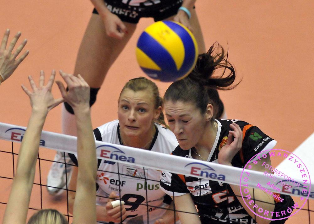 AGATA SAWICKA , JOANNA FRACKOWIAK , ZAWODNICZKI ALUPROF BIELSKO BIALA W MECZU FINALOWYM ,  FINAL PUCHARU POLSKI KOBIET W SIATKOWCE INOWROCLAW 2011.....POLSKA , INOWROCLAW , 10/04/2011....( PHOTO BY PIOTR SUMARA / MEDIASPORT )