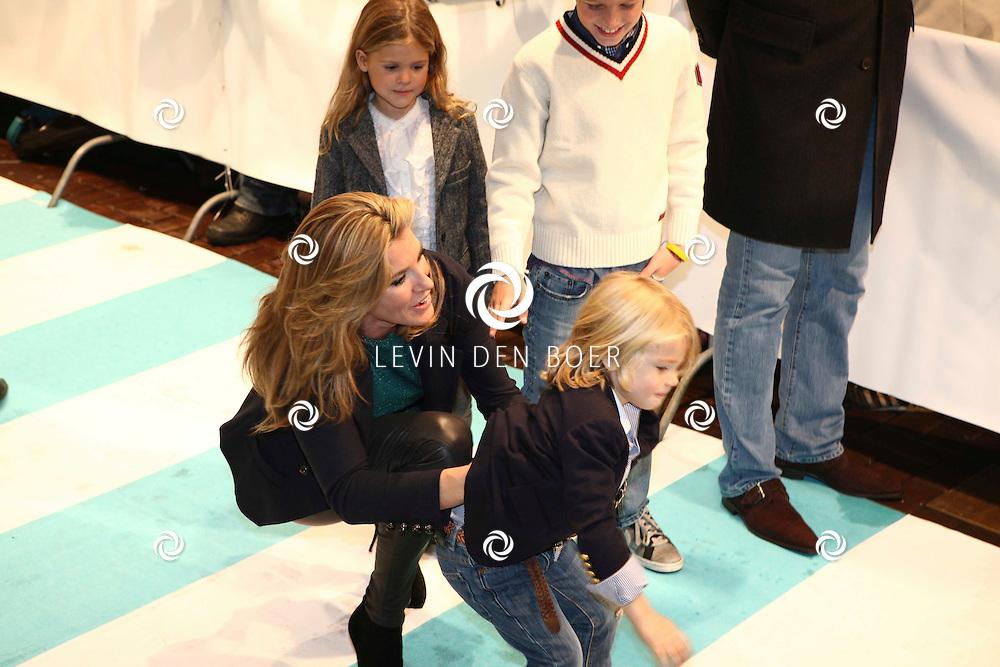 AMSTERDAM - Danielle Overgaag Oerlemans en haar kinderen op de rode loper van de filmpremiere Dik Trom zondag in Amsterdam.  FOTO LEVIN DEN BOER - PERSFOTO.NU