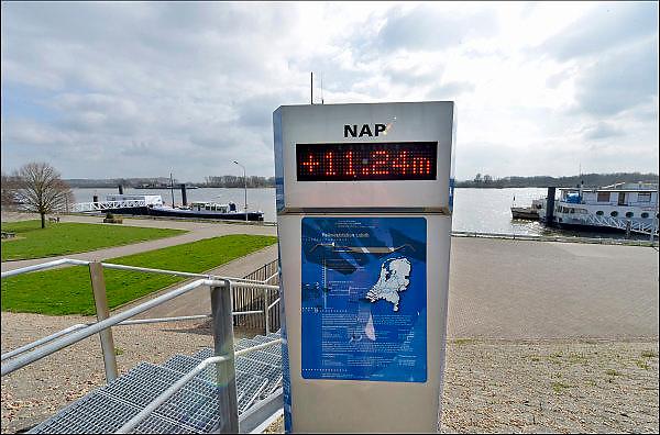 Nederland, Tolkamer, 8-4-2015Het peilmeetstation van Lobith, waar de nauwkeurige waterstand van de rivier Rijn wordt gemeten. NAP. Hoogwater, laagwater, maatregelen, beleid waterhuishouding, waterschap, klimaatsverandering, dijk, milieu.Foto: Flip Franssen/Hollandse Hoogte