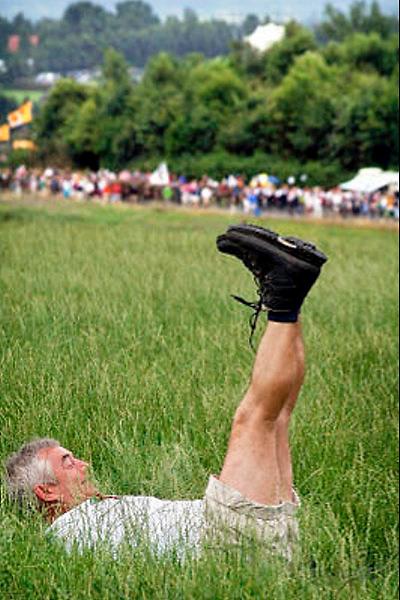 Nederland, Nijmegen, 21-7-2005..Vierdaagse, 4daagse. De zevenheuvelenweg. Derde, Groesbeek dag. Wandelen, wandelsport, recreatie, conditie, bewegen, beweging, lopen. Kramp, rusten, uitrusten...Foto: Flip Franssen/Hollandse Hoogte