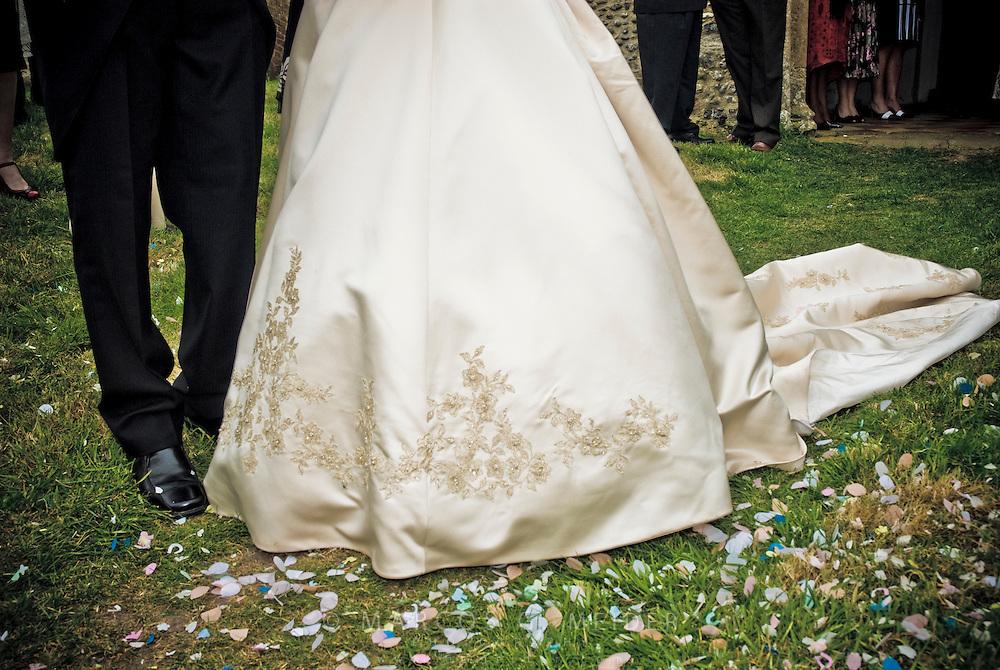 EN. Detail of groom's and bride's outfit.<br /> ES. Detalle del vestuario de unos novios.