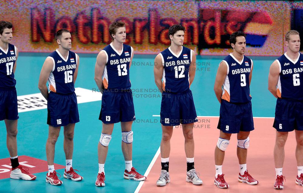 03-09-2005 VOLLEYBAL: NEDERLAND-FRANKRIJK: EUROPEES KAMPIOENSCHAP: BELGRADO<br /> Na Griekenland was zaterdag Frankrijk te sterk voor het Nederlands team. De Fransen wonnen in vier sets: 25-17, 25-22, 16-25, 25-20 / Bontje, vd Loo, Paulides, Horstink, Trommel en vd Wel<br /> &copy;2005-WWW.FOTOHOOGENDOORN.NL