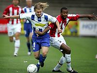Fotball<br /> Danmark<br /> Foto: Polfoto/Digitalsport<br /> NORWAY ONLY<br /> <br /> Esbjergs Fredrik Berglund (tv) i angreb mod Tromsøs Benjamin Kibebe, da Esbjerg torsdag mødte norske Tromsø i 2. runde af kvalifikationen til UEFA-cupen.