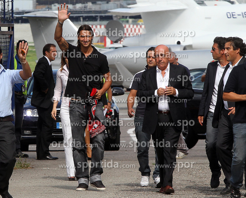 29.08.2010, Flughafen Mailand, ITA, Serie A, AC Milan Zlatan Ibrahimovic, im Bild AC Milans Zlatan Ibrahimovic trifft in Mailand ein, EXPA Pictures © 2010, PhotoCredit: EXPA/ InsideFoto/ ALBERTO CAMICI *** ATTENTION *** FOR AUSTRIA AND SLOVENIA USE ONLY! / SPORTIDA PHOTO AGENCY