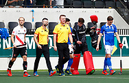 AMSTELVEEN - Hockey - Hoofdklasse competitie heren. AMSTERDAM-KAMPONG (2-2).  line up met scheidsrechters Coen van Bunge en Frank Heijster  COPYRIGHT KOEN SUYK