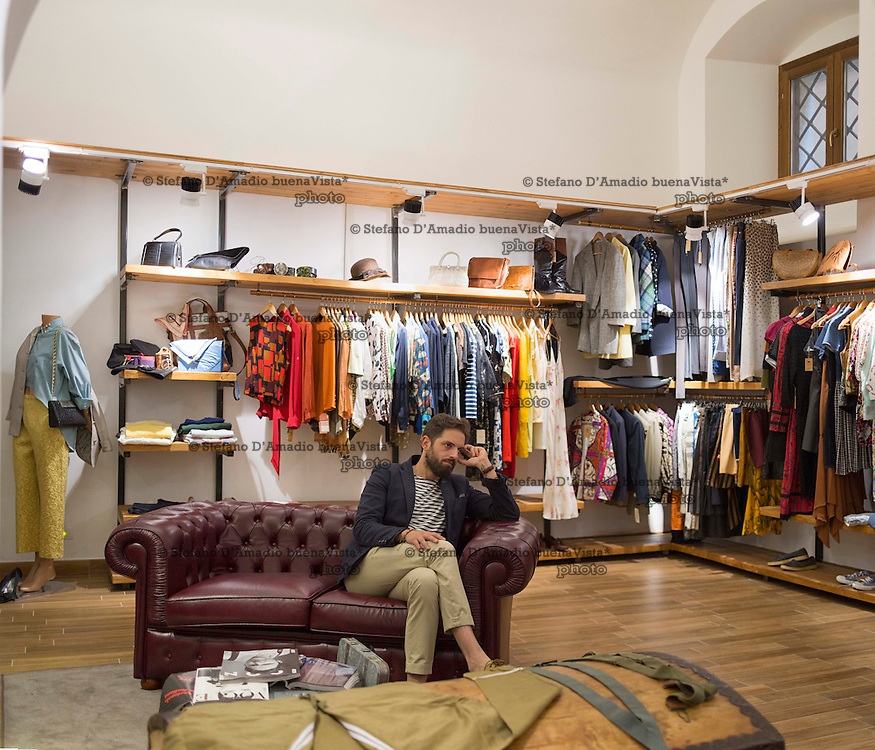 Ivan commerciante ha aperto da pochi mesi un negozio di abbigliamento vintage nel centro L'Aquila,<br />
