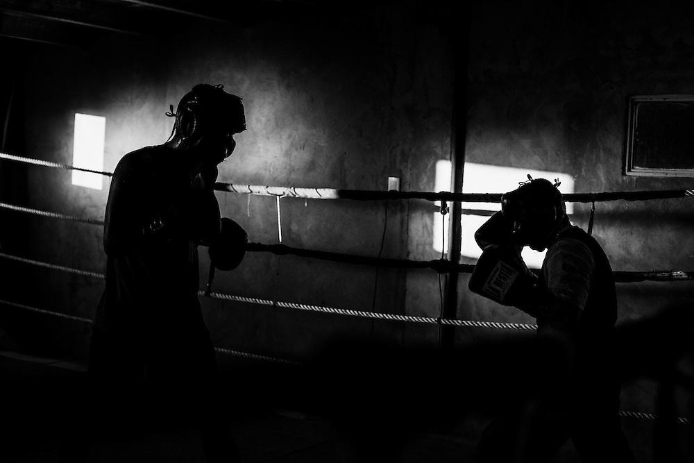 Luis Lazarte, boxeador profesional argentino de 44 años de edad (derecha), realiza una pelea de entrenamiento contra otro boxeador que pertenece a una categoría de mayor peso y estatura que él, Gimnasio Fernando Sosa,  Mar del Plata, Provincia de Bs. As., Argentina.<br /> Lazarte, debe prepararse físicamente para su segunda pelea tras haber estado suspendido y  fuera de actividad competitiva durante dos años.