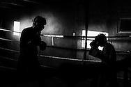 Luis Lazarte, boxeador profesional argentino de 44 a&ntilde;os de edad (derecha), realiza una pelea de entrenamiento contra otro boxeador que pertenece a una categor&iacute;a de mayor peso y estatura que &eacute;l, Gimnasio Fernando Sosa,  Mar del Plata, Provincia de Bs. As., Argentina.<br /> Lazarte, debe prepararse f&iacute;sicamente para su segunda pelea tras haber estado suspendido y  fuera de actividad competitiva durante dos a&ntilde;os.